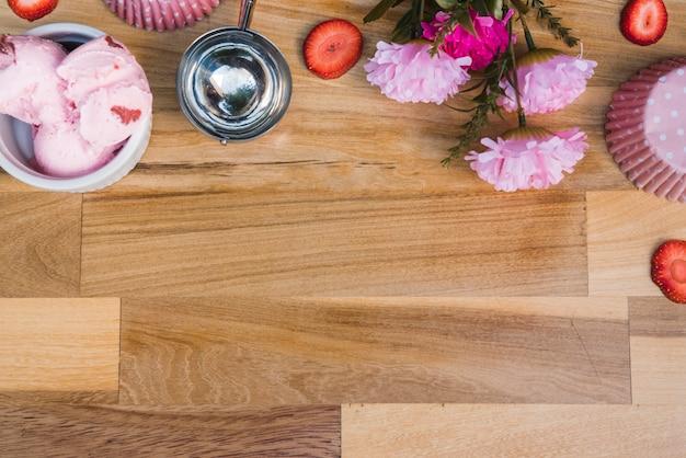 新鮮な果実と花のスライスとスクープの近くにボウルにアイスクリーム