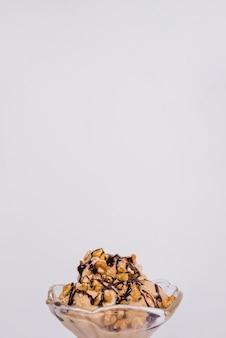 Свежее мороженое с орехами и долива в стеклянной миске