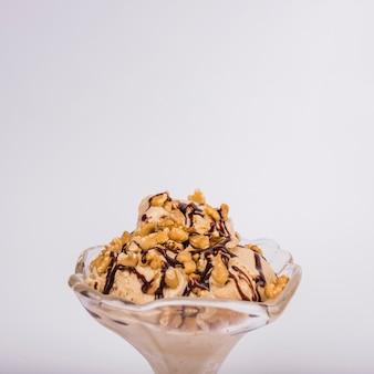 ガラスのボウルにナッツのアイスクリーム