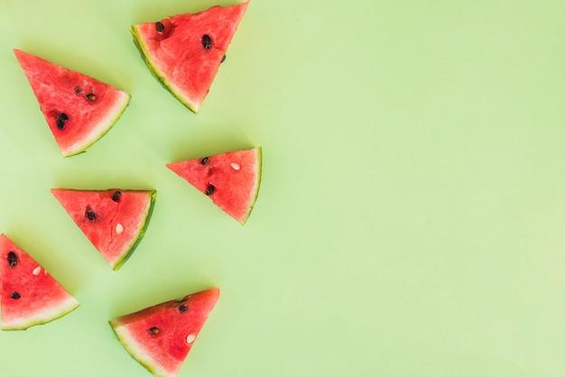 Ломтики свежих красных фруктов