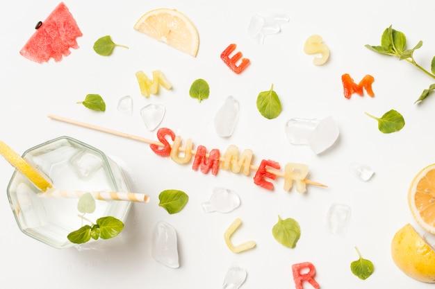 氷と夏のタイトルの間の果物のスライス