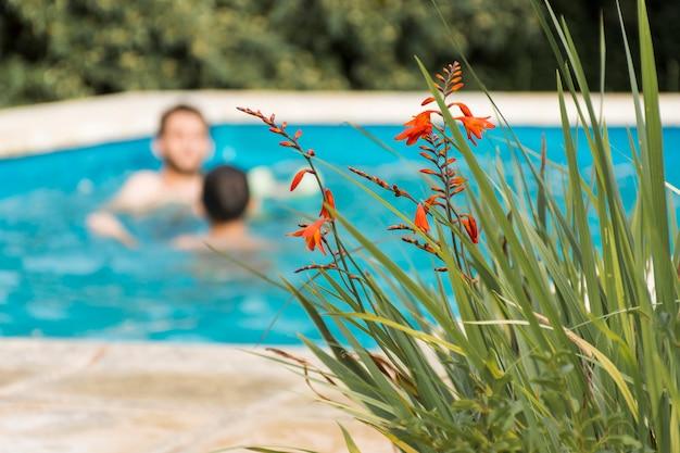 庭のプールで休んでいる男性