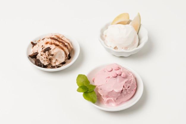 チョコレートとハーブの皿の上のアイスクリーム