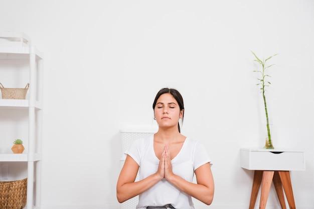 女性が自宅で瞑想