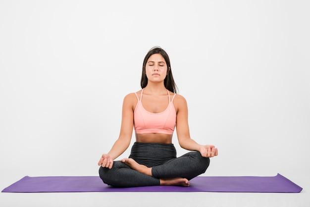 Женщина медитирует дома