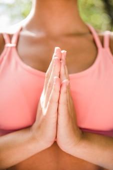 屋外瞑想の女性