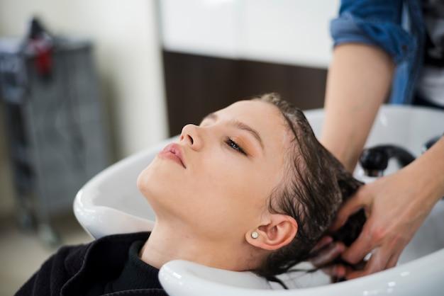 彼女の髪を洗うブルネットの女性