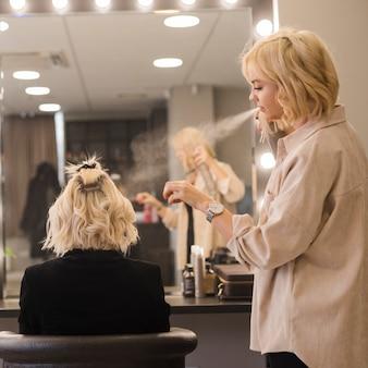 Блондинка делает прическу