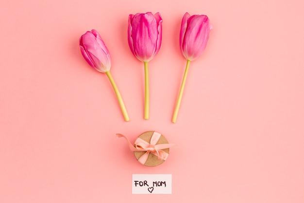 Композиция подарка и цветов для мамы