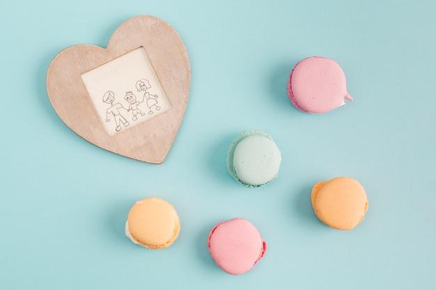 甘いクッキーの近くの絵とフレーム