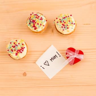 装飾的な心と新鮮なおいしいカップケーキ