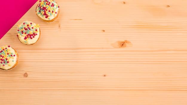甘いカップケーキとピンクの紙