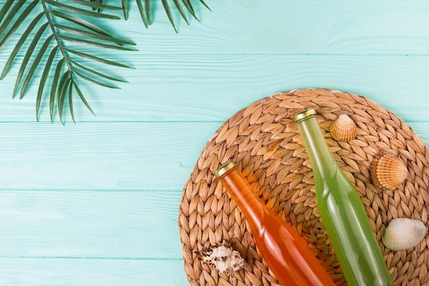 枝編み細工品ナプキンにボトルにフルーツドリンク