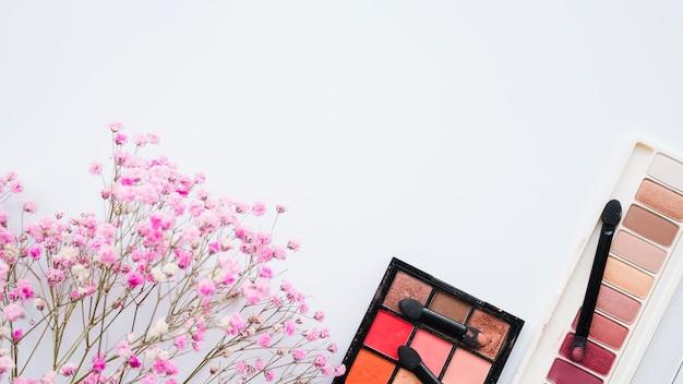 Инструменты для макияжа и тени для век
