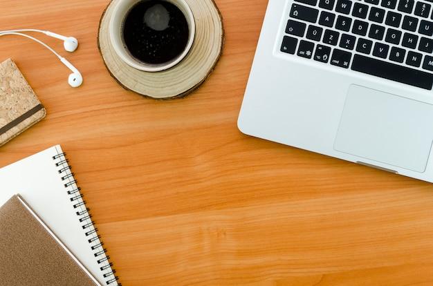 コンピューターとコーヒーカップのデスクトップ