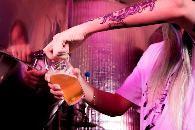 ガラスのビールを充填