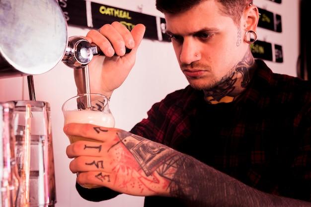 Наполнение пива в бокал