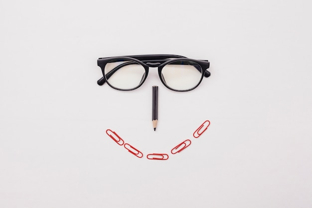 メガネとフラットレイアウトデスクコンセプト