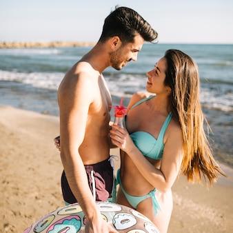浜のカップル