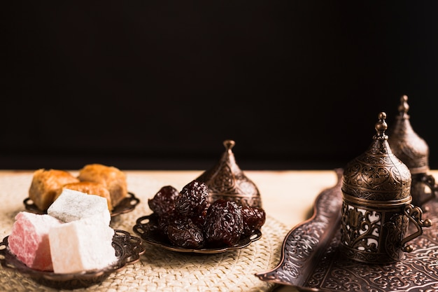 伝統的なトルコのお菓子とコーヒーセット