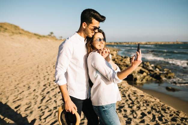 Пара гуляет по пляжу
