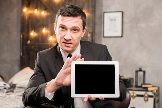 タブレットを提示するスーツのビジネス男性