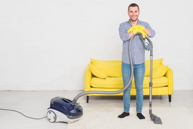 掃除機を持つ男
