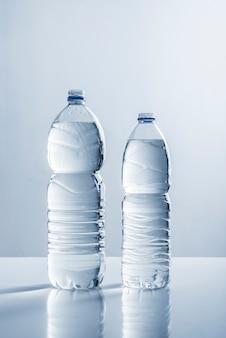 水のボトルのペア