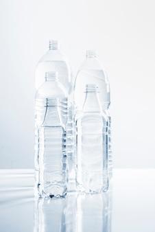 水のボトルのグループ