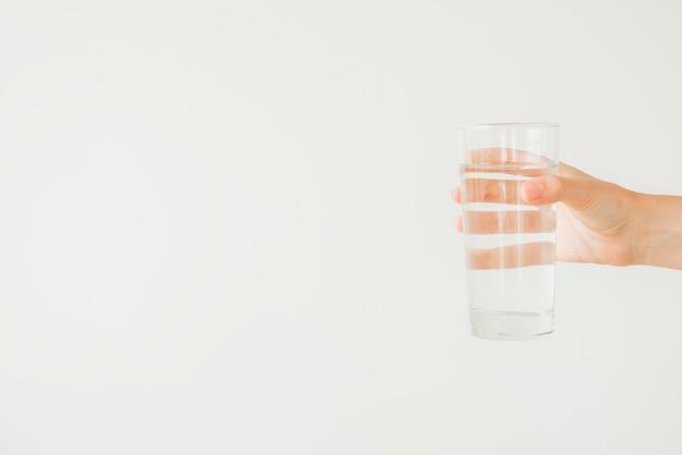 水の入ったグラスを持っている手