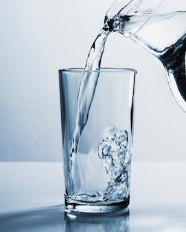 Банка наполнения стакан воды