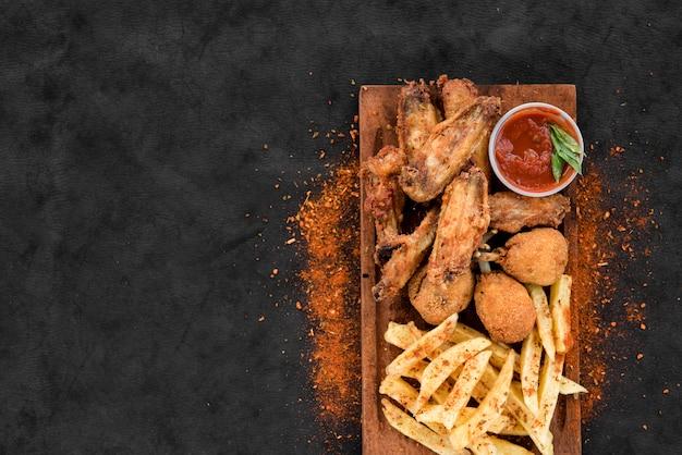 Жареная пряная курица и картофель с соусом
