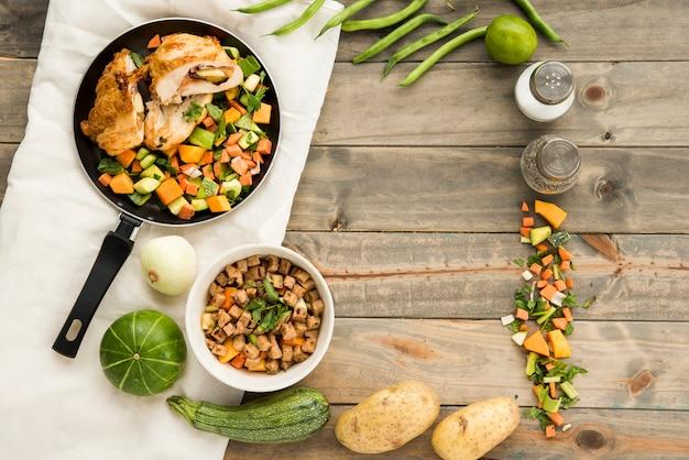 食材の横にある肉と野菜の料理