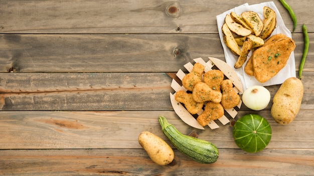 木製のテーブルに素朴な食べ物