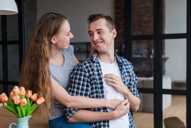 ロマンチックなカップルはテーブルで休むと抱きしめる