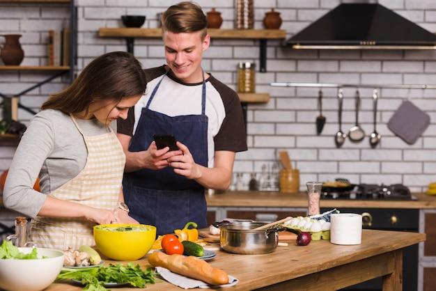 台所で一緒に料理をしてカップル