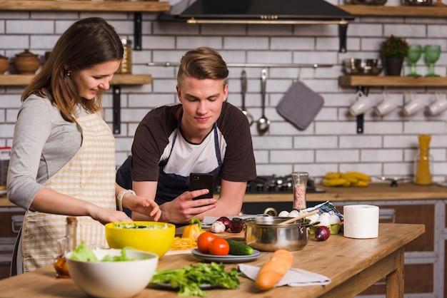 Пара готовит обед вместе