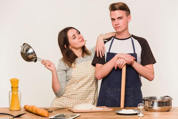 Молодая пара позирует с посудой