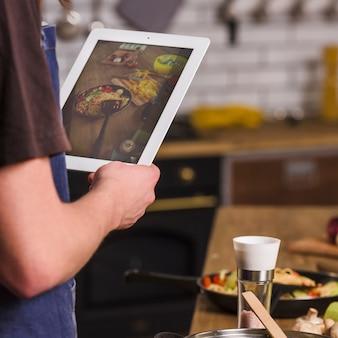 完成した食事の写真を作る男
