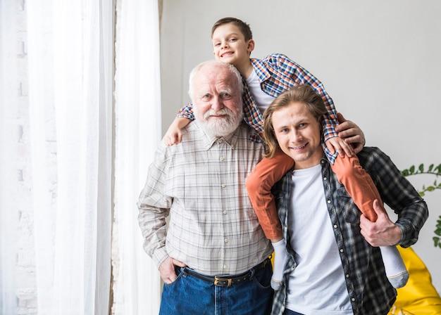 Мужчины разных поколений стоят и обнимаются
