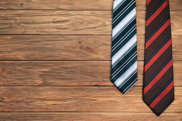ボード上の縞模様のネクタイ