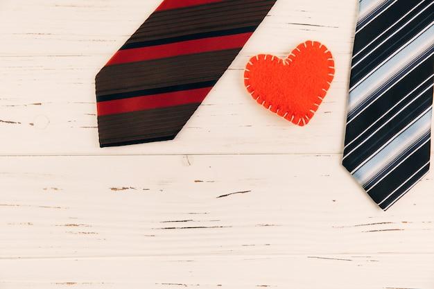 ボード上のハートマークの近くの縞模様のネクタイ