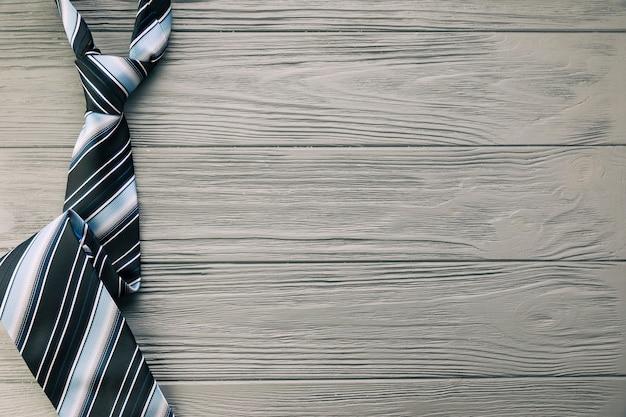 灰色の机の上の縞模様のネクタイ