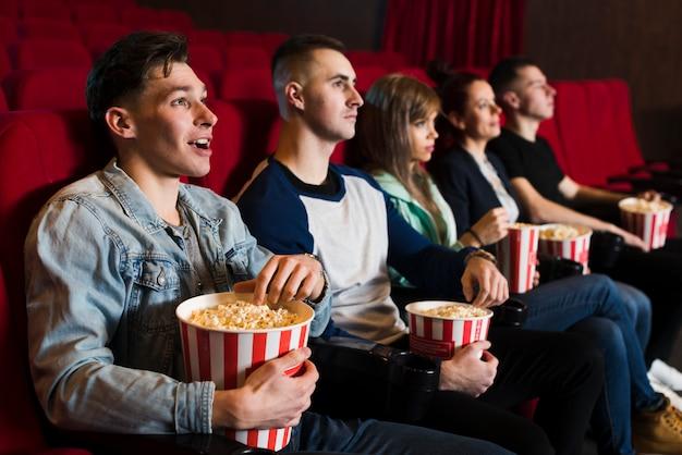 映画館の若い人たちのグループ