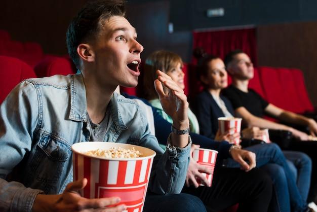 Группа молодых людей в кино