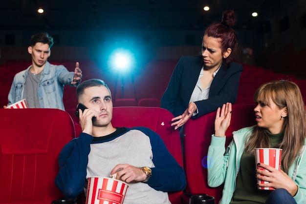 映画館で主張している人々