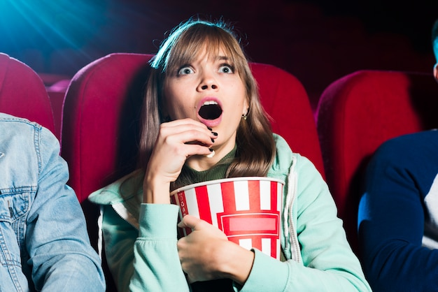 映画館で叫んでいる女の子