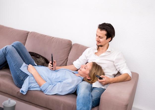 自宅で幸せなカップルの肖像画