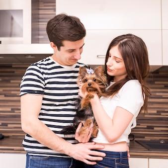 犬と一緒に家で幸せなカップルの肖像画