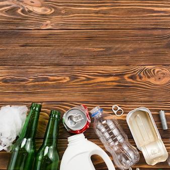 木製の机の上のさまざまな種類のリサイクルごみ